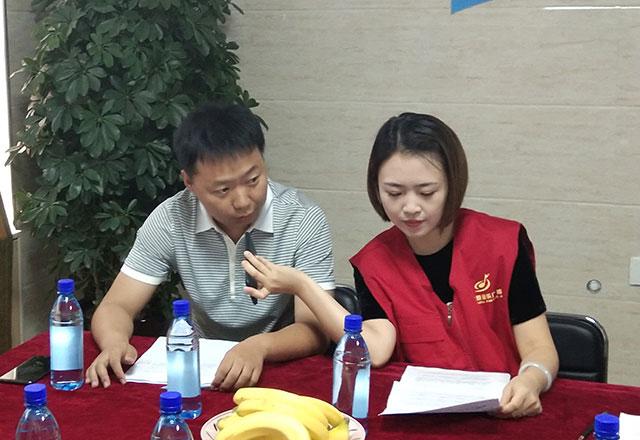 太原市慈善总会相关负责人接受记者采访