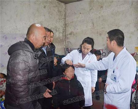 山西太原白癜风医院陈院长向小辉父母及记者介绍小辉病情
